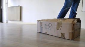 Het bewegen van een flat en een doos stock video