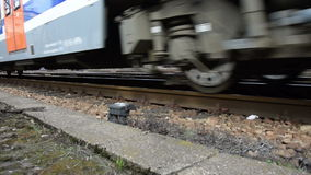 Het bewegen van een moderne Europese trein dichtbij een spoorschot stock footage