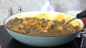 Het bewegen van eigengemaakte rundvleeshutspot in een pot stock videobeelden