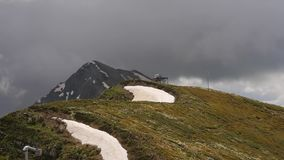 Het bewegen van snelle wolken bij het panorama van bovenkant van de bergen van rozakhutor stock video