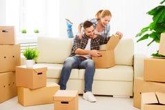 Het bewegen zich aan een nieuwe flat Gelukkige familiepaar en kartondoos royalty-vrije stock foto
