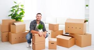 Het bewegen zich aan een nieuwe flat gelukkige mens met kartondozen royalty-vrije stock foto