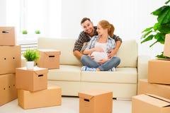 Het bewegen zich aan nieuwe flat familie zwangere vrouw en echtgenoot met royalty-vrije stock foto's