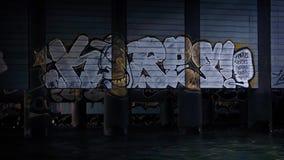 Het bewegen zich Afgelopen Graffiti over Rivier stock video