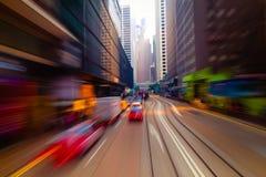 Het bewegen zich door moderne stadsstraat Hon Kong stock foto's