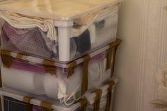 Het bewegen zich in een nieuw huis Verpakkings breekbare dingen stock afbeeldingen