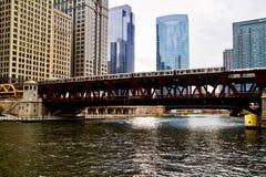 Het bewegen zich hief de trein van Gr, een deel van op iconisch de doorgangssysteem van Chicago ` s, die over de Rivier van Chica Royalty-vrije Stock Afbeeldingen