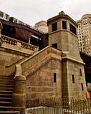 Het bewegen zich hief de trein van Gr, een deel van op iconisch de doorgangssysteem van Chicago ` s, die over de Rivier van Chica Stock Afbeeldingen
