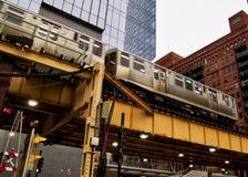 Het bewegen zich hief de trein van Gr, een deel van op iconisch de doorgangssysteem van Chicago ` s, die over Meerstraat overgaan Royalty-vrije Stock Foto