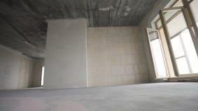 Het bewegen zich in nieuw huis Overzicht van lege ruimte met naakte muren, plafond, vloer stock footage