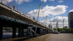 Het bewegen zich onder Voetgangersbrug over Stadsrivier stock videobeelden