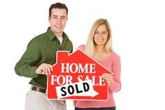 Het bewegen zich: Paar Gelukkig om Huis verkocht te hebben stock foto's