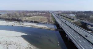 Het bewegen zich vooruit over rivierbed en wegweg met auto's in de herfst of de winter Openlucht zonnige vervoer scape snelweg stock videobeelden