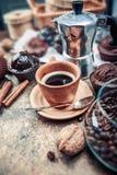 Het bewerken van koffie in kleikop met boon Royalty-vrije Stock Afbeelding