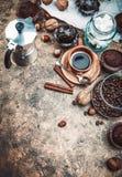 Het bewerken van koffie in kleikop met boon Stock Afbeelding