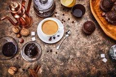 Het bewerken van koffie in kop met boon Stock Foto's