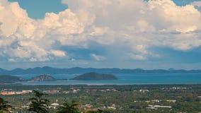 Het bewolkte Landschap van Phuket-Stadsmening van belde Heuvel stock video