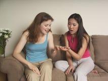 Het bezette meisje toont haar vriend stock afbeelding