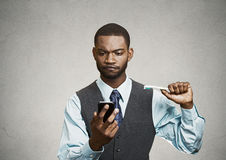 Het bezige leven van een stafmedewerker Mens die slimme telefoon, tandenborstel houden Stock Foto