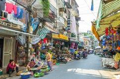 Het bezige lokale dagelijkse leven van de markt van de ochtendstraat in Hanoi, Vietnam De mensen kunnen het gezien onderzoeken ro Royalty-vrije Stock Fotografie