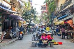 Het bezige lokale dagelijkse leven van de markt van de ochtendstraat in Hanoi, Vietnam De mensen kunnen het gezien onderzoeken ro Royalty-vrije Stock Foto