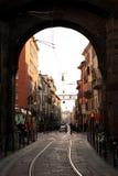 Het bezige stedelijke leven in de straat van Milaan, Italië Stock Foto's