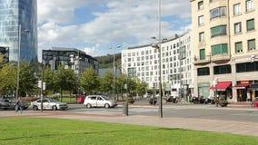 Het bezige verkeer op stadsweg, bestuurders leeft regels bij kruising, het actieve stedelijke leven na stock footage