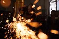 Het bezige zagende metaal van de fabrieksarbeider royalty-vrije stock foto's