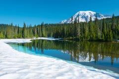 Het bezinningsmeer en zet Regenachtiger bij Onderstel Rainier National Park op stock foto