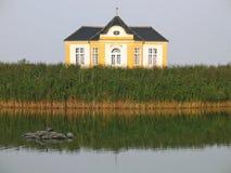 Het Bezit van Lakefront - de zomerhuis Royalty-vrije Stock Fotografie
