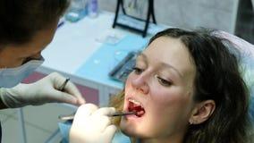 Het bezoek aan de tandarts Orthodontist verbetert beet met vindende document en verbindingen stock footage