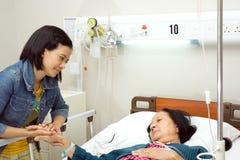 Het bezoek zieke grootmoeder van de kleindochter royalty-vrije stock fotografie