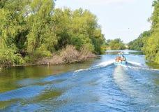 Het bezoeken van de Delta van Donau door boot stock foto's