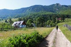 Het bezoeken van de toerist bergplattelandshuisje stock afbeeldingen