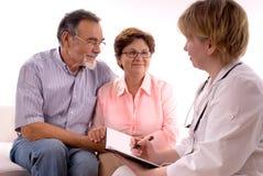 Het bezoeken van een arts stock afbeeldingen