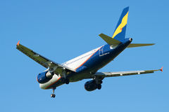Het bezoeken van een landende Luchtbusa319-111 vp-BNB luchtvaartlijnen Donavia op de achtergrond van blauwe wolkenloze hemel Acht Stock Fotografie