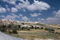 Het bezoeken van mooie de liefdevallei van het woestijn rotsachtige zandsteen met reusachtige holbewoners in blauwe hemel Royalty-vrije Stock Afbeelding
