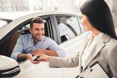 Het bezoekende autohandel drijven stock foto