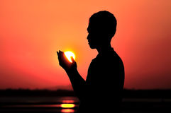 Het bidden bij zonsondergang stock afbeeldingen