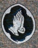Het bidden de Gravure van de Steen van Handen Stock Afbeelding