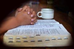 Het bidden in de ochtend royalty-vrije stock foto's