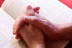 Het bidden handen Stock Afbeeldingen