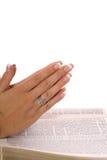 Het bidden handen op scripture stock foto