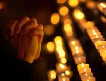 Het bidden in katholieke kerk Het concept van de godsdienst Boek en kruis Stock Foto's