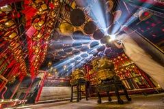 Het bidden in Misty Temple Stock Afbeelding