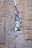 Het bidden nota's in een hiaat van de loeiende muur in verticale mening Royalty-vrije Stock Fotografie