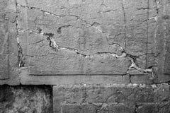 Het bidden nota's in een hiaat van de loeiende muur in zwart-wit Stock Afbeelding