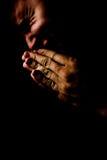 Het bidden in pijn en dakness Stock Foto's