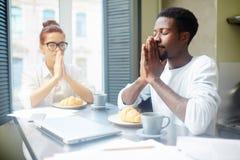 Het bidden vóór Smakelijk Ontbijt Royalty-vrije Stock Foto's