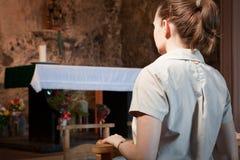 Het bidden van de vrouw bij verandert Royalty-vrije Stock Afbeeldingen